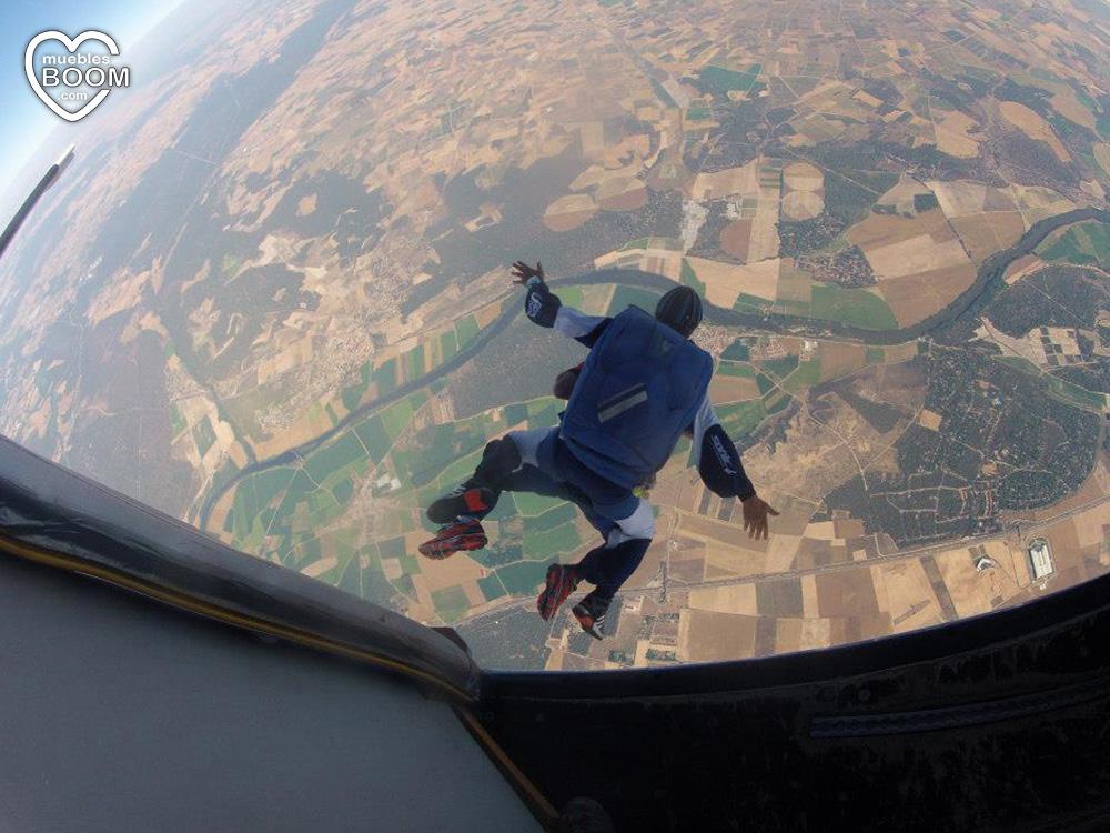 Saltando del avión en paracaídas