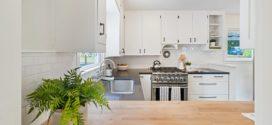 Muebles de cocina blancos con tiradores negros: un look atemporal
